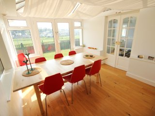 Safari - contemporary bungalow 10 mins from beach, Perranporth