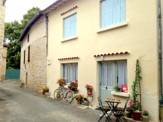 Tranquil cottage moments from the river L'Aveyron, Feneyrols