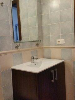 Modern en-suite bathroom
