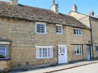 WOODTURNER'S COTTAGE, terraced, romantic, enclosed patio, WiFi, nr Stamford