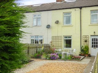 PEBBLE COTTAGE, mid-terrace, woodburner, WiFi, enclosed garden, pet-friendly, in Hinderwell, Ref 937391