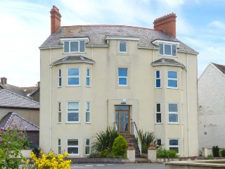 GWYLANEDD TWO, duplex apartment, king-size double, WiFi, sea views, in Llanfairfechan, Ref 939530