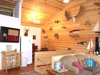 Log Cabin Lodge with Kitchen