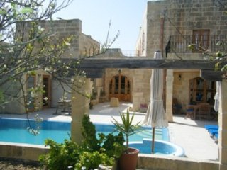 Imgarr Superb Farmhouse with 3 Bedrooms with A/C - Large Pool + Jacuzzi + Garden, Sliema