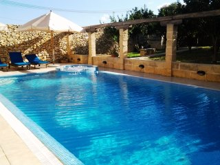 Imgarr Superb Farmhouse with 3 Bedrooms with A/C - Large Pool + Jacuzzi + Garden