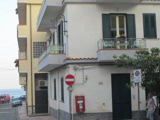 Casa Bucolo Appart. 1°piano, balcone 30 m dal mare