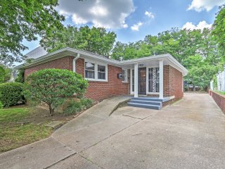 Sleek 4BR Nashville House w/Wifi, Full Kitchen & Awesome Location - Close to Downtown Country Music Attractions & More!