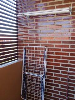 Terraza de la cocina provista de dos tendederos.