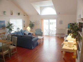 Huge 5BR/3BA Townhouse, 1 Block to Boardwalk and Beach!