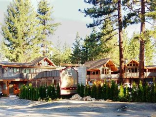Lakeside Gondola Lodge - Deluxe Suite, 4 Bedrooms, Refrigerator & Microwave