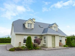 REEKS COTTAGE en-suites, detached, open fire, close to beaches, in Killorglin Re