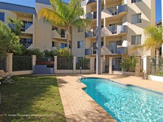 Conz Apartment - sunny & bright with swimming pool, Fremantle