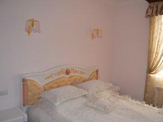 tree bedroom apartment, Ereván