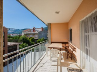 Spacious apartment five min. from the beach, Kastel Stari