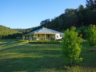 Gypsy Willows luxury house, pool and setting., Wollombi