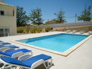 Spacious Ferragudo Villa for 9 people, large private pool, bbq, air conditioning