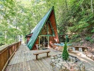 Cozy Cove, 1 Bedroom, Hot Tub, Grill, Wood Burning Fireplace, Sleeps 4, Gatlinburg
