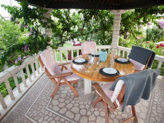 Luxury 4* Apt with Terrace, Patio & Lush Garden, Kastel Luksic