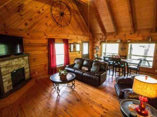Townsend Cabin #6 Blueberry Hill, Next to Heaven Trail Rides and Zip Lines!