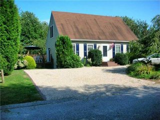 Spacious Cape--Walk to the beach!, Narragansett