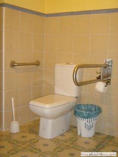 Vista parcial de baño completo adaptado a personas con movilidad reducida