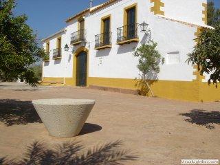 Vista parcial de portada principal del cortijo donde se encuentra la Casa Rural 'El Molinero'