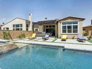 3BR 3.5BA w/ Private Saltwater Pool & Hot Tub, Outdoor Grilling, Moutain View