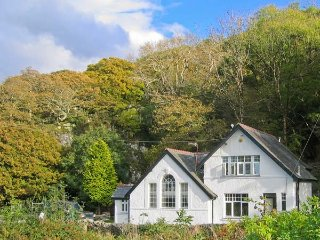 IS Y DERI, woodburner, enclosed garden, large family cottage near Harlech, Ref