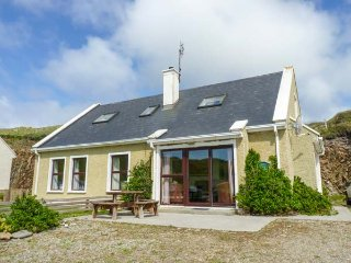 GLASHEEDY COTTAGE, detached, open fire, dogs welcome, close to beaches, Malin