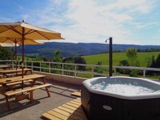 La  détente est assurée dans le spa jets/bulles avec comme vue , les pâturages et les montagnes...