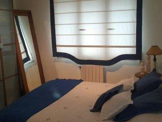 Habitación con cama matrimonial azul