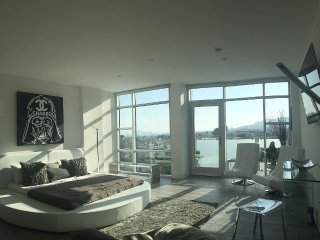 Sweeping Views Penthouse w/ movie theater & bar, West Hollywood