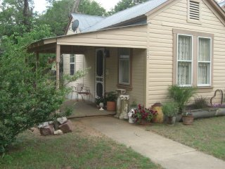 2/1 Peaceful Hill Country Getaway-Huge private yard -Dog Friendly
