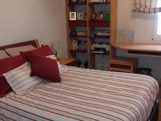 Habitación granate con cama matrimonial