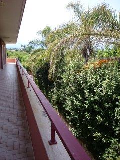 terrazzo condominiale posteriore con ingresso all'appartamento
