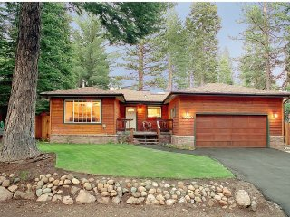 Miller's Carnelian Bay,20 min to Squaw,Walk to  Beach, HOT TUB,Huge Fenced Yard
