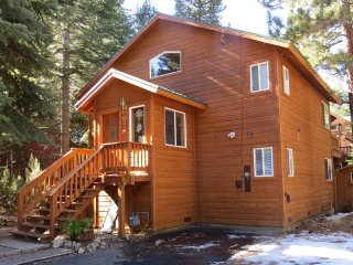 The Tahoma Cabin, Walk to Beach,Fenced Lawn HotTub