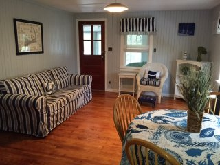 Charming 3 bdrm cottage - walk to beach