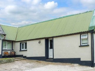 CHERRYMOUNT COTTAGE, ideal for two people, WiFi, open plan, shared lawned