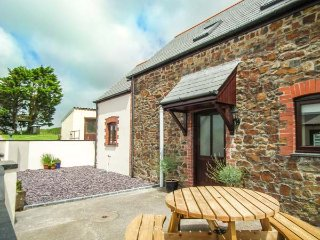 TAMAR VIEW, barn conversion on smallholding, pet-friendly, private enclosed garden, WiFi, nr Bradworthy, Ref 936884