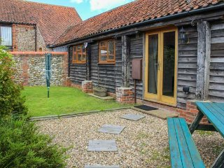 DUCKLING BARN all ground floor, pet-friendly, coastal property in Bacton Ref 940678