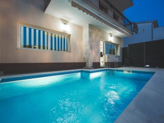 Apartment with sea view and swimming pool