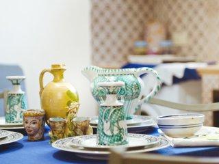 Sala da pranzo con stoviglie di ceramica artistica siciliana