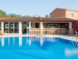 Litsa Ena: Lovely apartment for four, with free access to pool, very close to