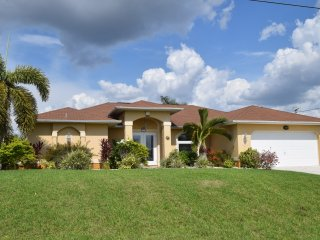 Casa Sunrise with solar/Elec.  heated pool/spa, Cape Coral