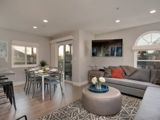 Modern Condo, Just Blocks to Beach & Steps to Local Restaurants in San Clemente Pier Bowl.