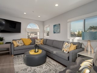 Modern Pier Bowl condo with ocean views! Walk to beach, pier, & restaurants!, San Clemente
