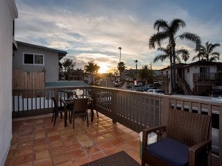Triplex sleeps 18, blocks to beach, pier & shops!