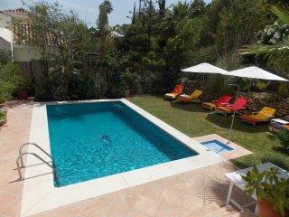 Villa familiar, espaciosa en área de golf, Nueva Andalucia