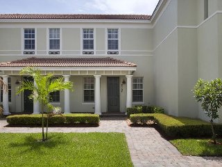 Luxury Boca Townhome With Courtyard, Contemporary Décor, 15 Mins to Beach, Boca Ratón